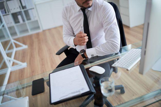 homem no escritorio